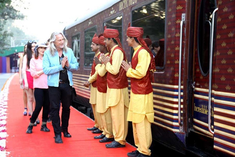 maharajas express train welcomes at station
